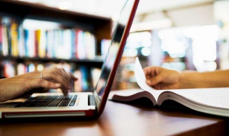Two people working with computer and book.Poziv za konstituirajuću sjednicu Općinskog vijeća Općine Gornja Rijeka